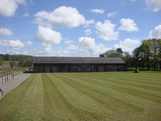 蒸留所入り口の芝生